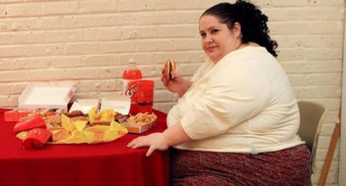 obeso comiendo hamburugesa