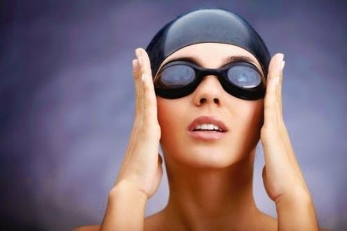 Minimice el contacto con el agua y use lentes protectores en la piscina