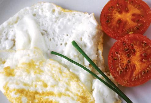 Las claras de huevo dejan por fuera una importante fuente de proteínas como es la amarilla.  Unas horas más tarde de ingerirlas sentimos que el desayuno desapareció