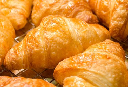 Los croassants tienen muchas calorías y poca sustancia. Por eso unas horas después haberlos  ingeridos sentimos  hambre